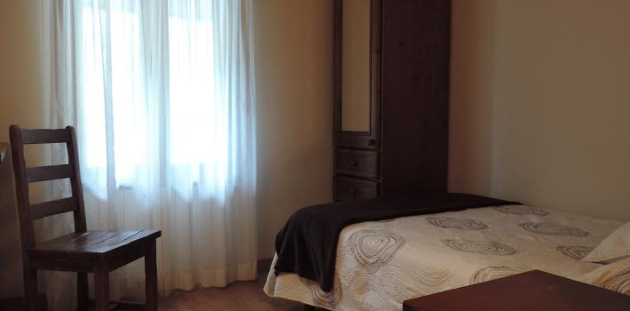 Habitación individual, cama de 120cm, baño, TV.